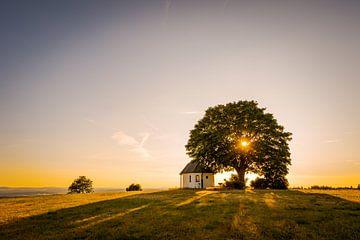 Kapel op heuvel bij Muglhof bij Weiden in der Oberpfalz van Robert Ruidl