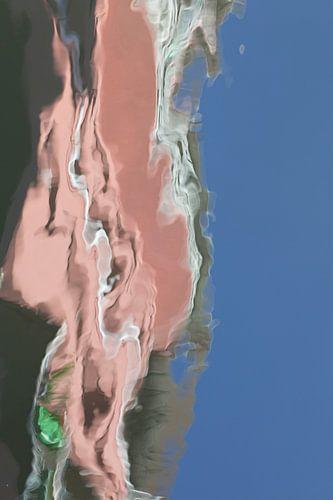 Abstracte foto: weerspiegeling van roze gebouw in Amsterdamse gracht van