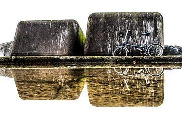 Betonblokken en fiets weerspiegeld in een plas op de Zuidpier sur Harrie Muis