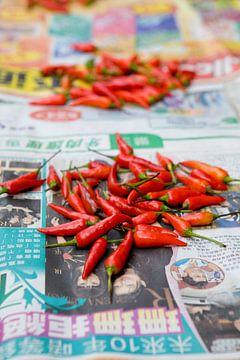 hete pepers op een chinese krant van Edwin van Laer