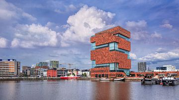 Musée MAS contre un ciel bleu qui se reflète dans un étang, Anvers 1 sur Tony Vingerhoets