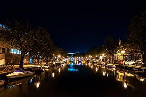 Hollandse grachten bij nacht onder een sterrenhemel