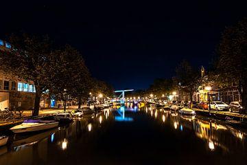 Canaux hollandais la nuit sous un ciel étoilé sur Fotografiecor .nl