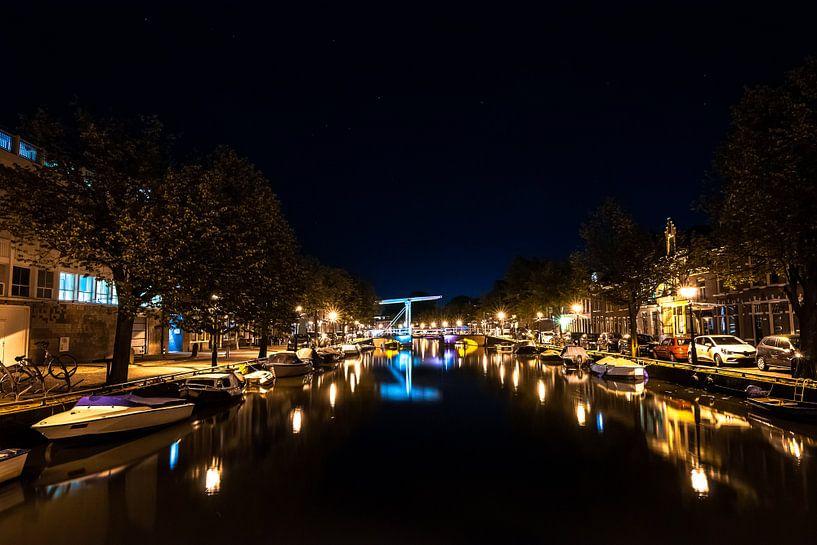 Hollandse grachten bij nacht onder een sterrenhemel van Fotografiecor .nl