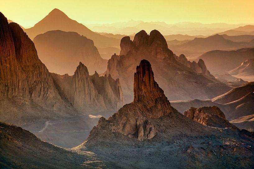 Le désert du Sahara. Lever de soleil dans les montagnes du Hoggar en Algérie sur Frans Lemmens