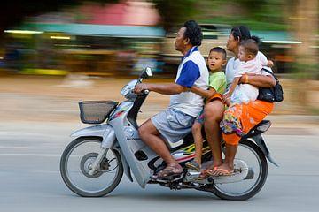 Thailändische Familie auf dem Honda-Roller
