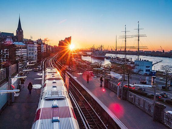 2017-11-13 Sonnenaufgang U-Bahn Landungsbrücken
