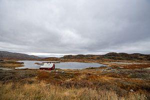 Huisje aan een klein meertje in Noorwegen
