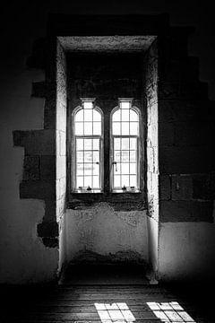 Das Schattenspiel durch ein altes Fenster des Londoner Towers | London | Schwarz-Weiß-Foto I Straßen von Diana van Neck Photography