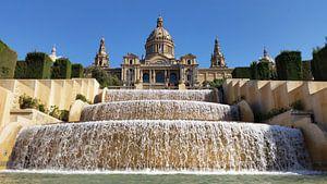 Het Museu Nacional d`Art de Catalunya Barcelona met de watervallen van