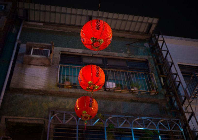 Rode Chinese lantaarns in de straten van Taipei van Teun Janssen