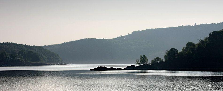 Rursee met nevel op het water en de heuvels