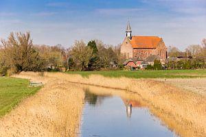Historische Stefanuskerk bij de rivier in Holwierde, Groningen van Marc Venema