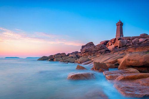 Mean Ruz of Ploumanac'h-vuurtoren tijdens zonsondergang bij de roze granietkust van Bretagne