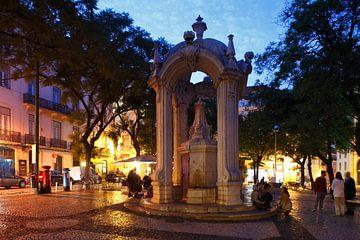 Platz Largo do Carmo mit Springbrunnen Chafariz do Carmo  im Altstadtviertel Chiado  in der Abendd�m