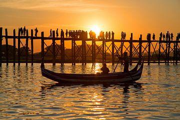 U bein brug in Mandalay Myanmar bij zonsondergang van Nisangha Masselink