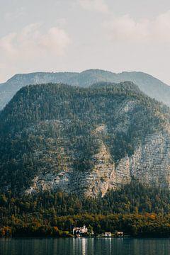 Kasteeltje onderaan berg bij meer in Oostenrijk (Alpen) van Yvette Baur