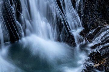 Aan de voet van de waterval van Gerry van Roosmalen