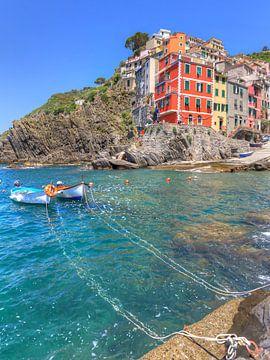 Boote im Hafen von Riomaggiore Cinque Terre vor Anker von Rob Kints