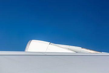 Vliegtuig vleugel met motor van Inge van den Brande