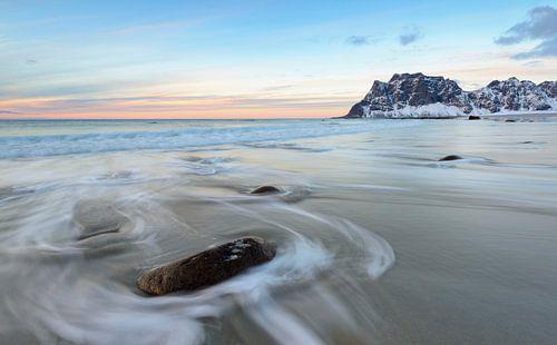 Zonsondergang op het strand Utakleiv op de Lofoten in Noorwegen