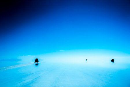 Jeeps over de waterspiegel van Salar de uyuni, grootste zoutvlakte ter wereld in Bolivia, Zuid Ameri