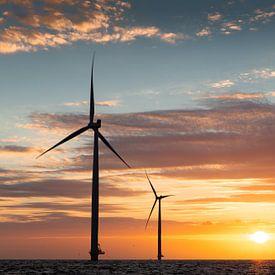 Windmolens IJsselmeer tijdens zonsondergang van Theo Klos