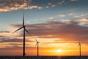 Windmolens IJsselmeer tijdens zonsondergang van