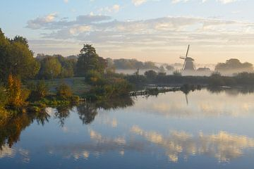Westbroekse molen van Oud Zuilen (vlakbij Utrecht)  in de ochtendnevel tijdens de herfst van Michel Geluk