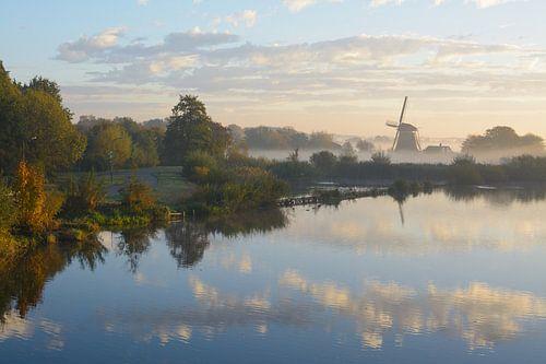 Westbroekse molen in de ochtendnevel. van Michel Geluk