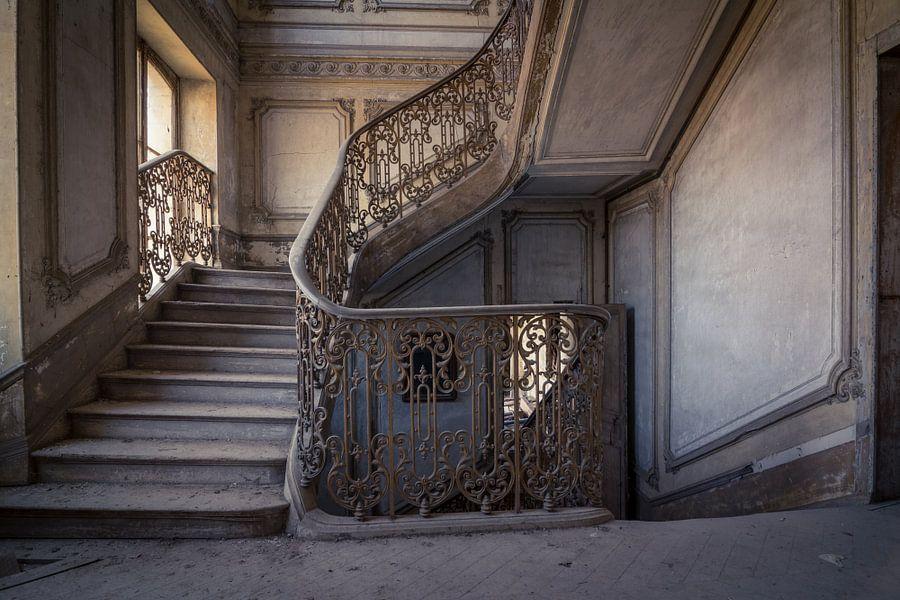 Trap in vervallen kasteel van beyond time photography op canvas behang en meer - Behang voor trappenhuis ...