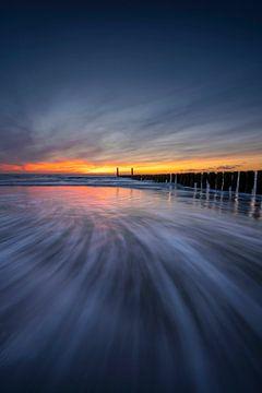 Deep Blue (zonsondergang golfbreker Zeeland) van Thom Brouwer