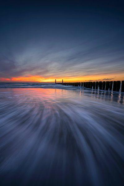 Deep Blue (brise-lames au coucher du soleil en Zélande) sur Thom Brouwer
