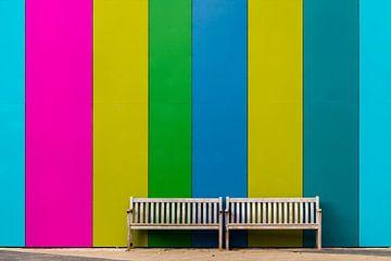 Bankje voor gekleurde muur