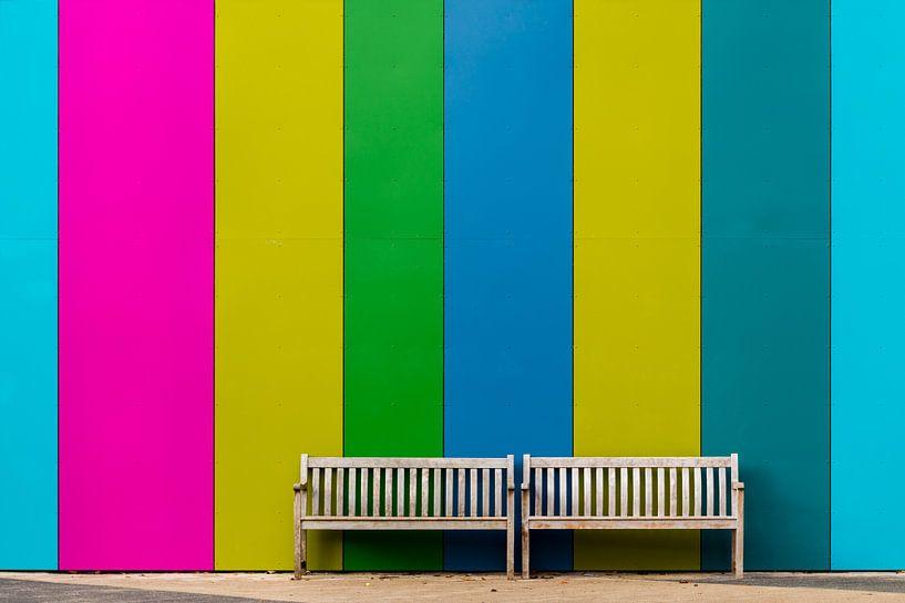 Bankje voor gekleurde muur van Maerten Prins