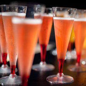 Kleurrijke Cocktails op een bar. van Jan van Dasler