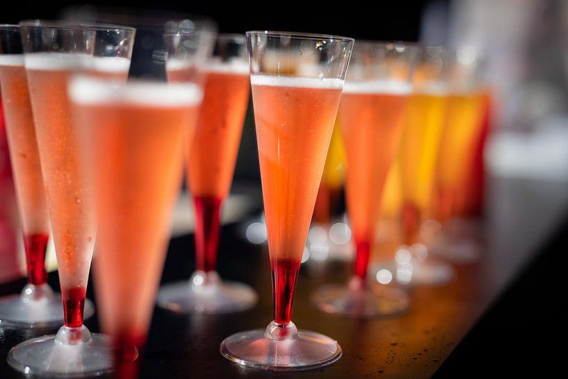 Cocktails colorés sur un bar. sur Jan van Dasler