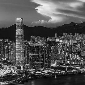 HONGKONG 38 - Schemering over Kowloon van Tom Uhlenberg