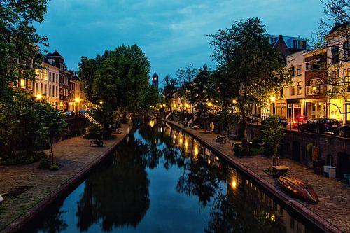 De Oudegracht in Utrecht vanaf de Vollersbrug met in de verte de Domtoren (kleur) van
