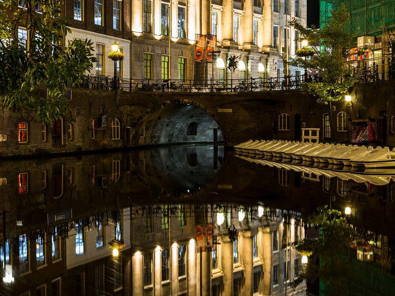 Utrecht stadhuisbrug bij nacht van Marjan Versluijs