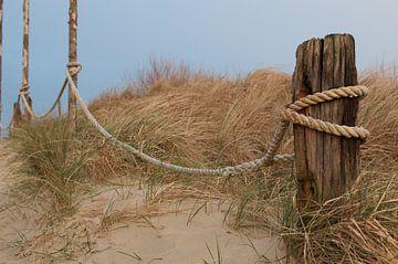 paal aan het strand in de duinen van Ruth de Jong