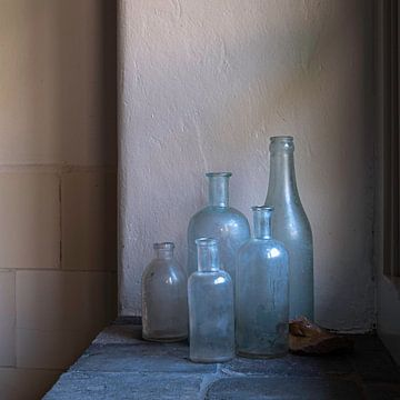 Stilleben mit alten Medizinflaschen und Topfscherben von Affect Fotografie