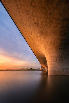 Verlengde Waalbrug bij zonsondergang van Jeroen Lagerwerf