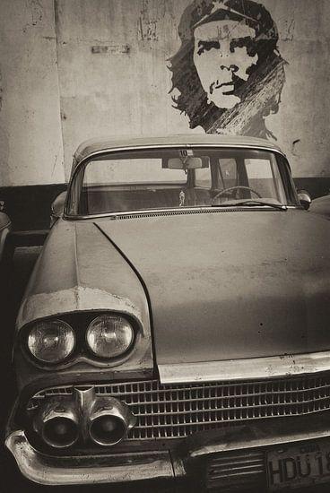 Oldtimer auto in de straten van Havana, Cuba  met Che Guevara op de achtergrond. van Original Mostert Photography