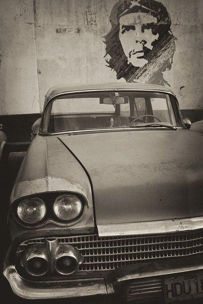 Oldtimer auto in de straten van Havana, Cuba  met Che Guevara op de achtergrond.