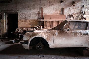 Verlassenes Auto in der Garage. von Roman Robroek