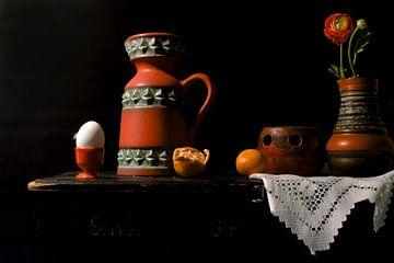 Stilleven met oranje retro spulletjes. van Therese Brals