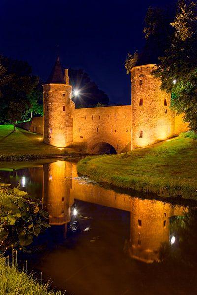 Nachtfoto Monnikendam / waterpoort Amersfoort van Anton de Zeeuw