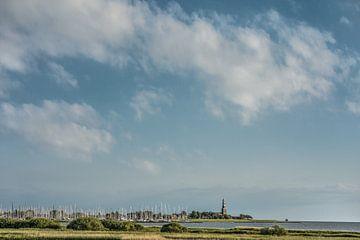 Zicht op Hindeloopen vanaf de IJsselmeerdijk nabij Workum van Harrie Muis
