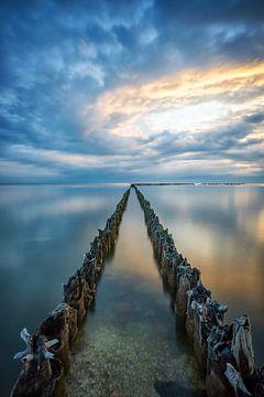 Kust, strand IJsselmeer bij Hindeloopen, Friesland van Martin Podt